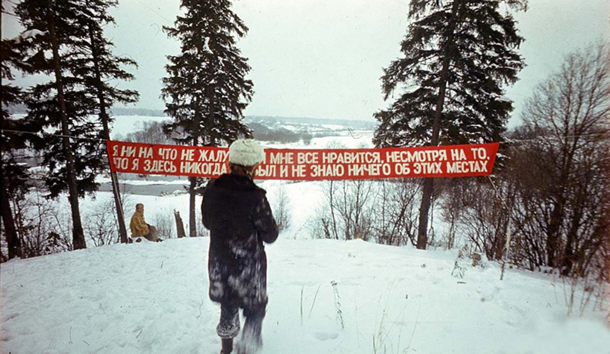 """Slogan"", Collective Actions - 28/01/1977, estació de Firsanovka, regió de Moscú. Foto: Collective Actions."