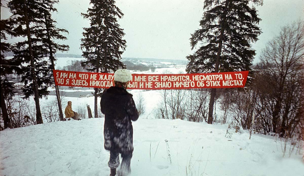 """""""Slogan"""", Collective Actions - 28/01/1977, estació de Firsanovka, regió de Moscú. Foto: Collective Actions."""
