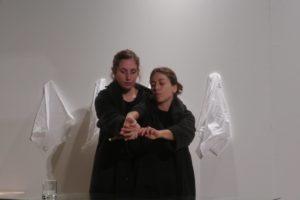 """""""Otro modo de hacer juegos con las manos"""", d'Anna Dot i Alba Sanmartí. Foto: Fede Montornès"""
