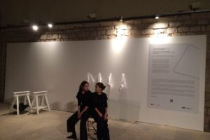 """""""Otro modo de hacer juegos con las manos"""", d'Anna Dot i Alba Sanmartí. Foto: Bòlit, Centre d'Art Contemporani de Girona"""