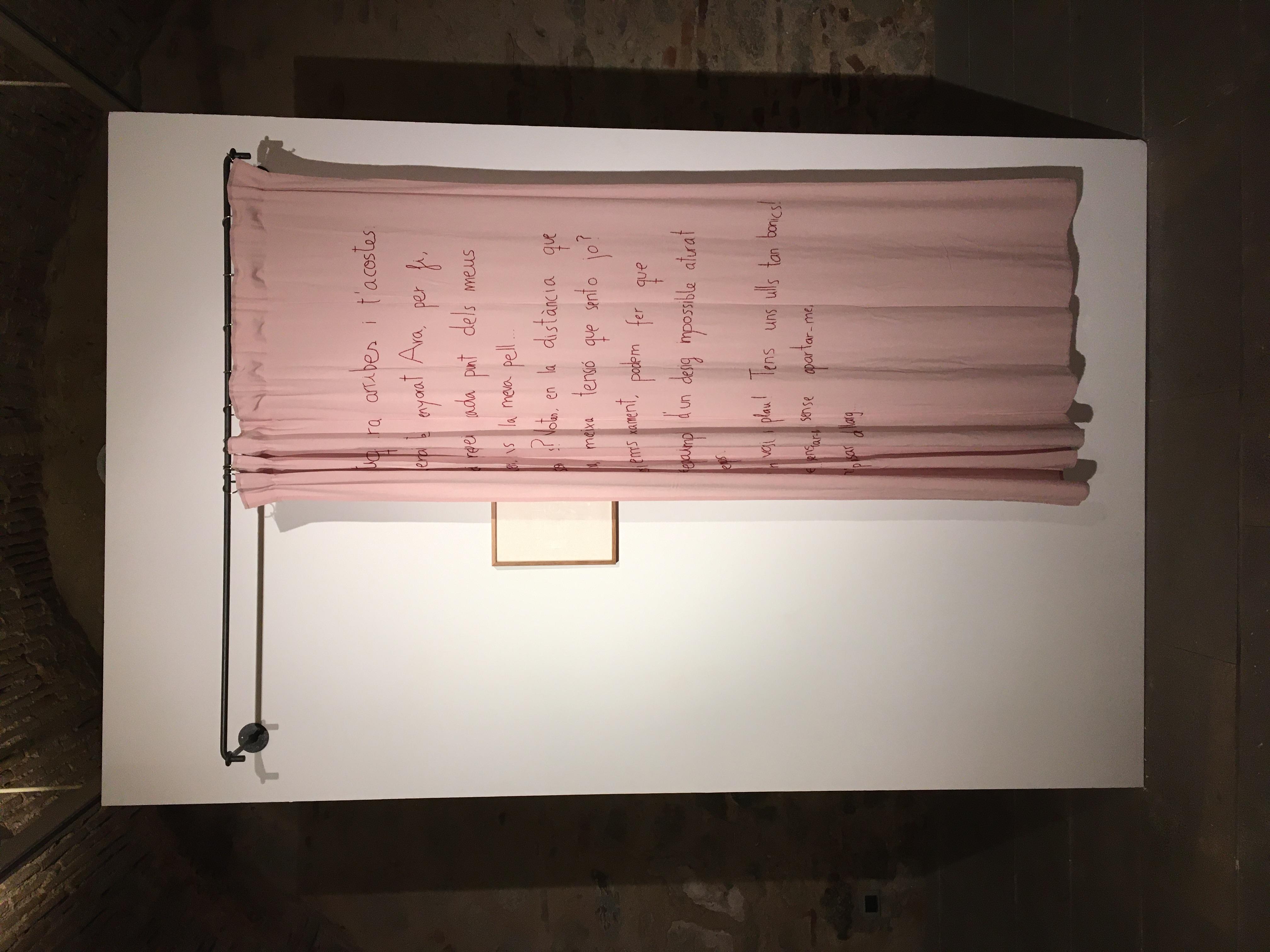 Amants que es descobreixen 2 amb obra de Julia Gorostidi - Anna Dot